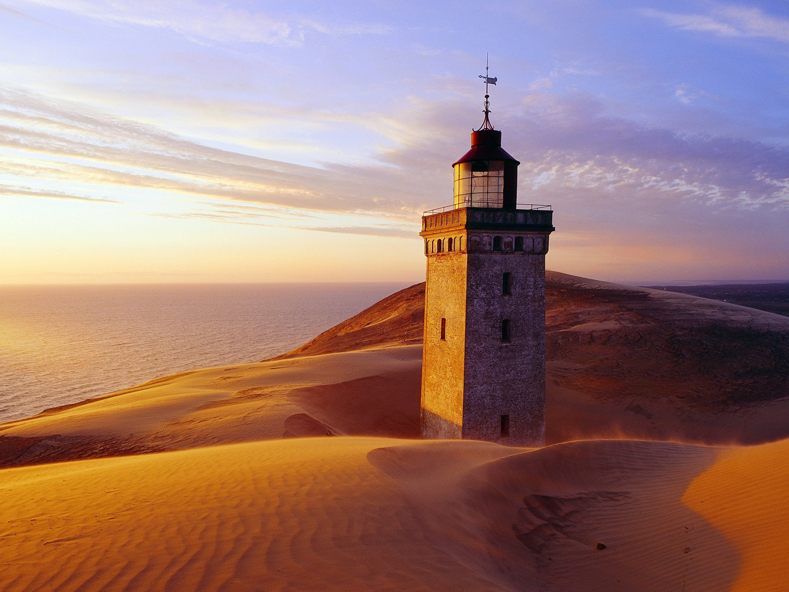 Lighthouse-on-the-Desert-Wallpaper.jpg